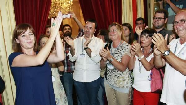 La socialista Francina Armengol (i) tras ser elegida presidenta del Govern balear.