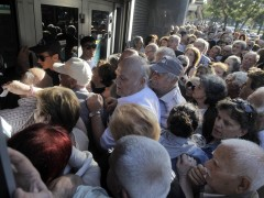 Miles de jubilados hacen colas en los bancos para cobrar parte de sus pensiones