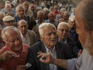 Colas de pensionistas griegos ante los bancos
