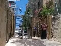 Mujer en un paso en Gaza