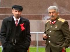 "Lenin y Stalin ""se pelean"" junto a la Plaza Roja de Mosc�"