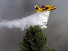 Un hidroavi�n trabaja en la extinci�n de un incendio