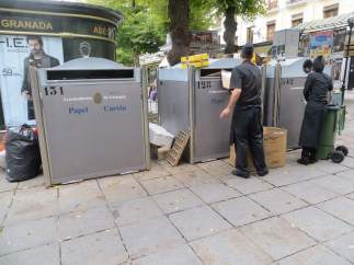 Contenedores de reciclaje en plaza Bib-Rambla, Granada.