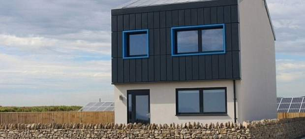Levantan una casa que genera más energía de la que consume