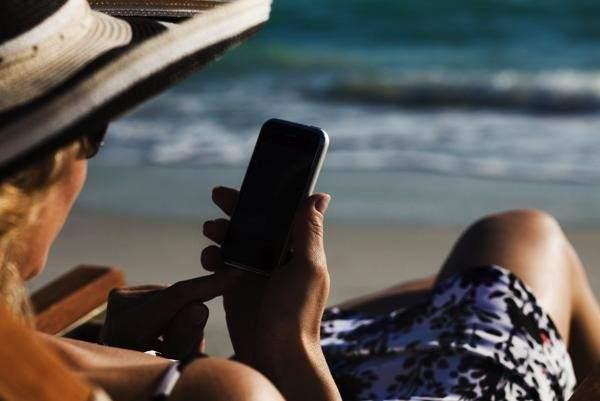 En vacaciones no dejamos el móvil FOTO: GTRES