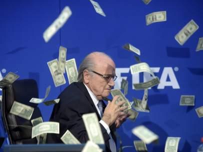Lluvia de billetes para Joseph Blatter