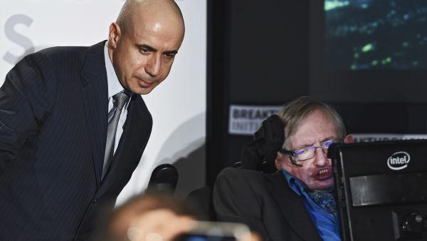 Yuri Milner y el científico Stephen Hawking