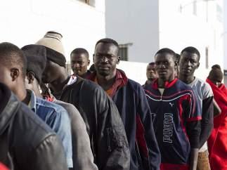 Inmigrantes rescatados en una patera en la isla de Alborán.