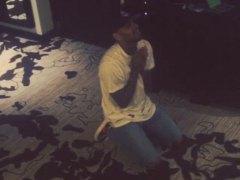 Chris Brown consigue el permiso para abandonar Filipinas tras pedirlo de rodillas