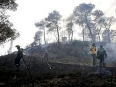 Noventa dotaciones remojan el incendio de �dena, que est� estabilizado