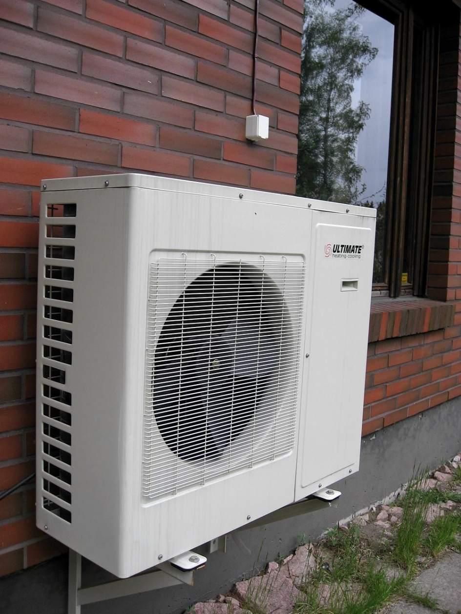 El compresor del aire acondicionado en la terraza - Pared acristalada ...