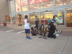 Un polic�a arrega la bicicleta de unos j�venes