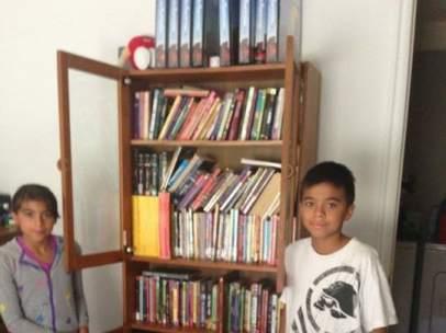 Mathew Flores con su nueva biblioteca.