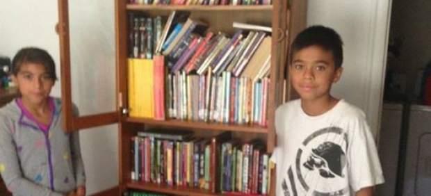 Un cartero logra que un niño sin dinero para ir a la biblioteca reciba montones de libros