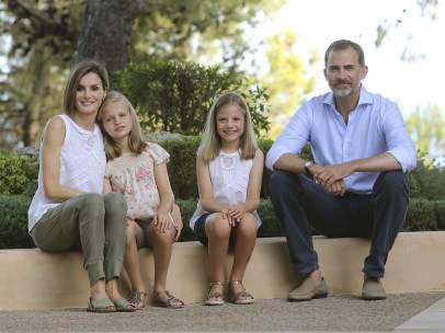 La Familia Real posa unida en Marivent