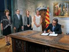 """Mas firma el decreto del 27-S y lamenta que """"Catalu�a no vive en condiciones normales"""""""