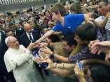 Papa Francisco saludando a unos fieles