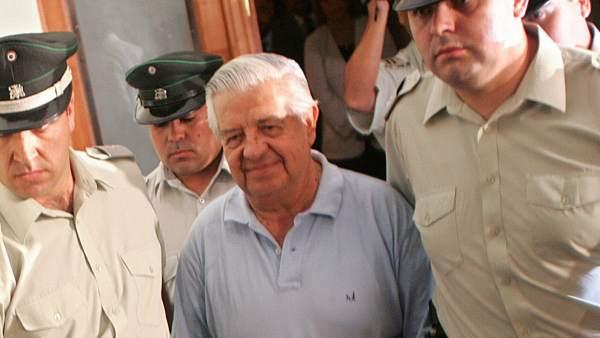 Fotografía de archivo fechada el 28 de enero de 2004 que muestra al exgeneral del ejército chileno Manuel Contreras durante un traslado desde el Palacio de Tribunales hacia el Centro de Detención Cordillera.