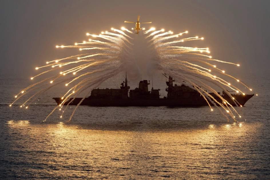 Despega el helicóptero Lynx en el Océano Índico.