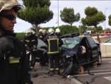 Servicio de Emergencias trabajando para rescatar a las víctimas del accidente de tráfico.