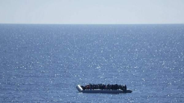 Imagen de una patera de inmigrantes cerca de Libia.