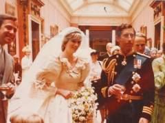 Imagen inédita del enlace matrimonial entre la princesa Diana de Gales y el príncipe Carlos en el palacio de Buckingham.