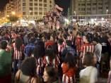 Cientos de aficionados bilbaínos celebrando en la Plaza de Moyúa la Supercopa de España.