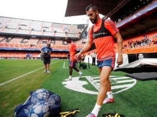 Los jugadores del Valencia entrenan en Mestalla.