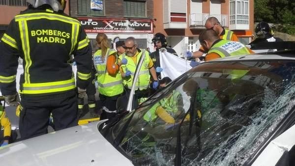 Un choque entre un autobús de la EMT y un coche en Usera