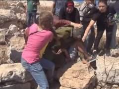 Mujeres impiden que un soldado israel� detenga a un adolescente