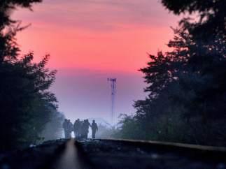 Inmigrantes caminando por las v�as del tren que unen Serbia y Hungr�a