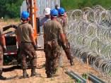 Hungría termina un muro de 175 km
