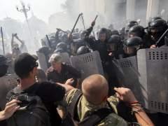 Un agente muerto y m�s de 100 heridos en los disturbios frente al Parlamento de Ucrania