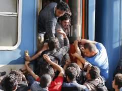 La Polic�a obliga a bajar del tren a los refugiados que se dirig�an a Austria