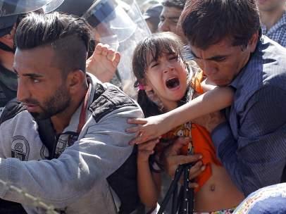 Migrantes cruzan la frontera entre Macedonia y Grecia