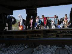 Refugiados bajan del tren