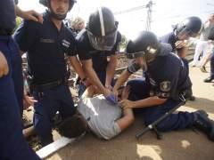 La Polic�a h�ngara�detiene un tren con refugiados