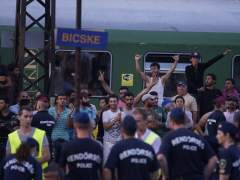 Cientos de refugiados caminan desde Budapest hasta la frontera con Austria