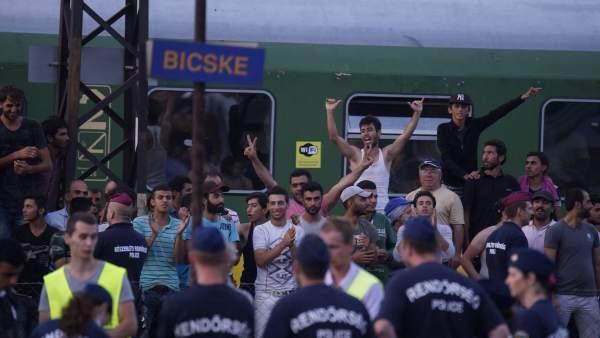 Cientos de refugiados inician una marcha a pie desde Budapest hasta la frontera con Austria