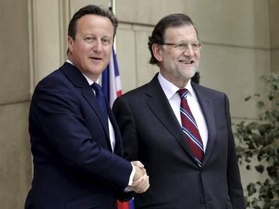 Cameron y Rajoy se saludan