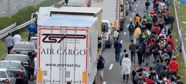 Refugiados caminando desde Nickelsdorf hasta Viena, a 70 Km de distancia