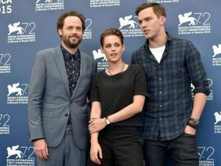 El director Drake Doremus (izq.), la actriz Kristen Stewart, y el actor actor Nicholas Hoult (dcha.) en el festival Internacional de cine de Venecia