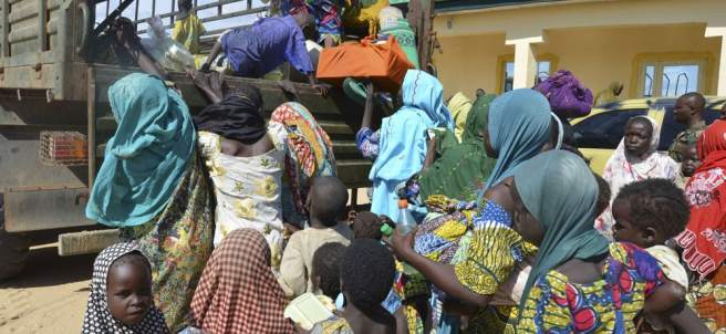 Mujeres y niños rescatados por soldados nigerianos del grupo extremista Boko Haram