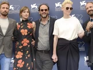 De izq. a dcha.:  Matthias Schoenaerts, Dakota Johnson, el director Luca Guadagnino, Tilda Swinton y Ralph Fiennes, posando en el photocall de la 72ª edición anual del Festival de cine Internacional de Venecia.