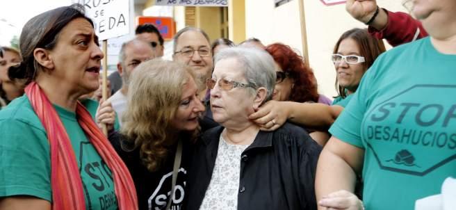 Una valenciana discapacitada de 70 años logra que paralicen su desahucio un mes