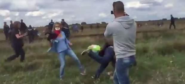 Una periodista zancadillea a un refugiado