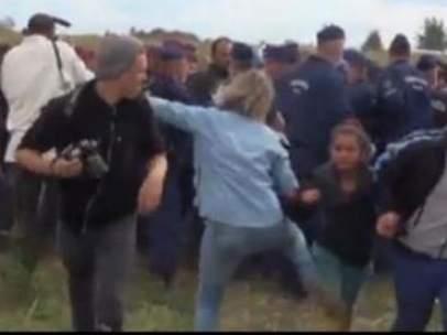 Una reportera zancadillea a una niña refugiada