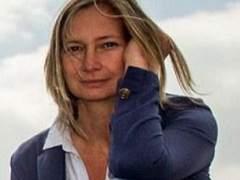 Premian a la reportera húngara que zancadilleó a un refugiado