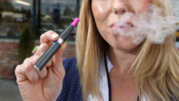 'Boom' del cigarrillo electrónico: ¿vapear es lo mismo que fumar?