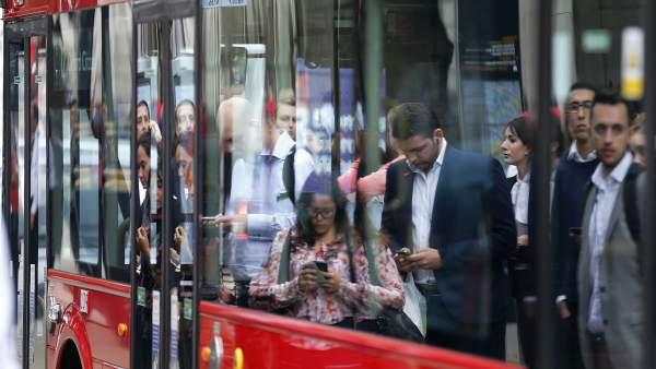 Gente esperando al autobús